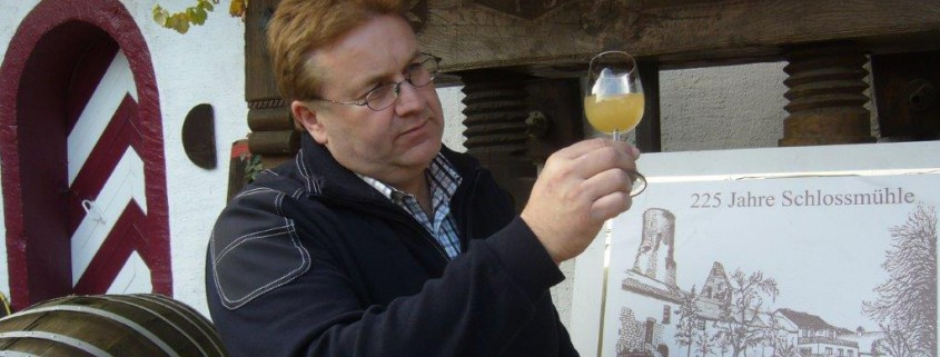 Thomas Höfer praktische Prüfung des jungen Weinjahrgangs Federweisser